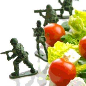 grupo de soldados combatiendo contra lechuga y tomate
