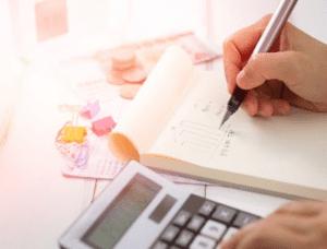 persona calculando importes de documentos de acompañamiento
