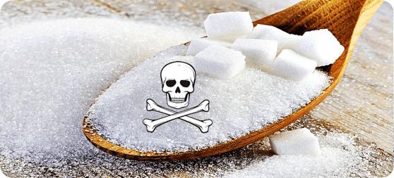 azúcar en una cuchara con el signo de peligro y calavera