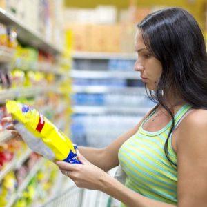 mujer en el lineal de venta