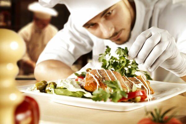cocinero manipulando alimentos
