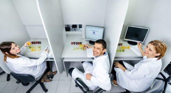 personas en una instalación de laboratorio sensorial