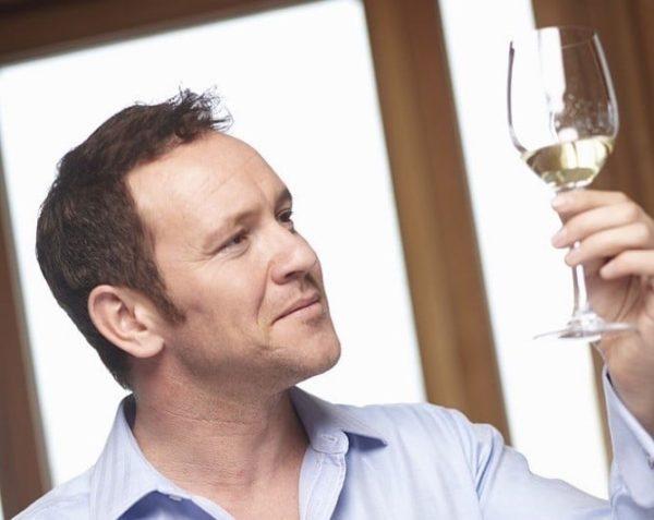 personas con vino blanco