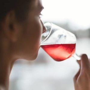 mujer con una copa de rosado