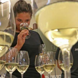 mujer catando vino