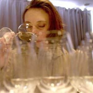mujer catando varios vinos en un panel de cta