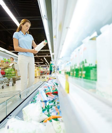persona analizando productos en lineal de venta
